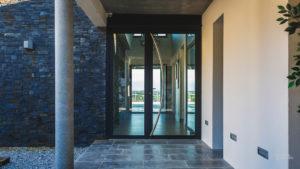Porte d'entrée de bureau réalisée par l'agence Biason à Pau