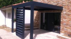 Pergola porte d'entrée réalisée par l'agence Biason à Pau